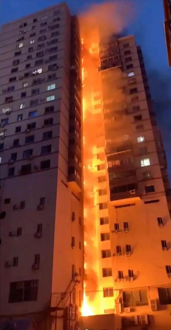 恐怖!连烧20多层!高楼起火如何自救?