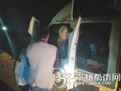 牛头已伸出驾驶员后背的位置。 贵州都市报 图