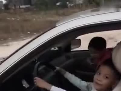 男子教8岁孙子学开车 驾驶证被吊销另罚款1500元