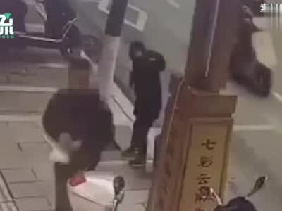 男孩被当街泼胶水致毁容?警方:肇事者有智力障碍