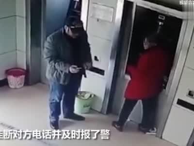 男子ATM机旁边抢老人手机?真相其实很暖心