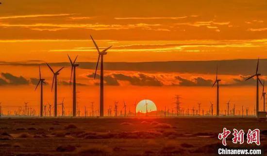 图为甘肃酒泉市瓜州县风电新能源产业集群形成。(资料图)瓜州县委宣传部供图
