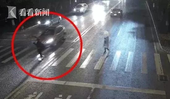 """小伙骑平衡车""""拉风""""上路 下一秒被女司机撞飞"""