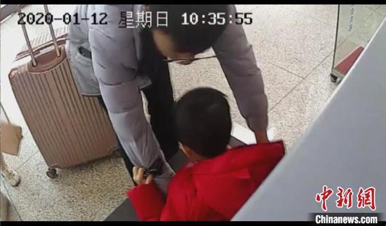 男子将儿子放上传送带。警方供图