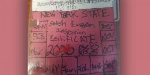 男子不给汽车登记 亲手画了一张注册贴纸