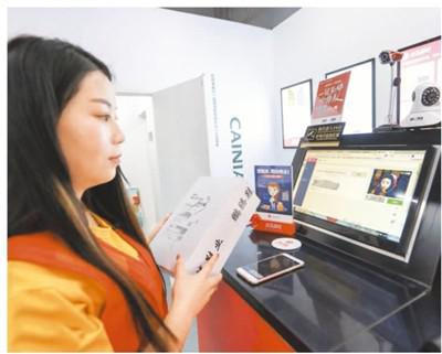 在浙江杭州闲林社区一?#20063;?#40479;驿站,用户正在刷脸取快递。资料图片
