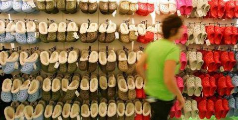 """为何孩子穿""""洞洞鞋""""乘扶梯易发生危险?"""