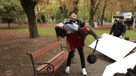 """爱太""""沉重""""!小伙公主抱130斤女友 手臂骨折了"""