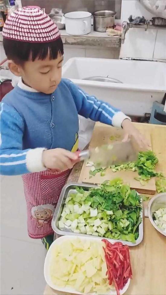 """6岁男孩""""教科书式""""做饭 讲解堪比专业厨师"""