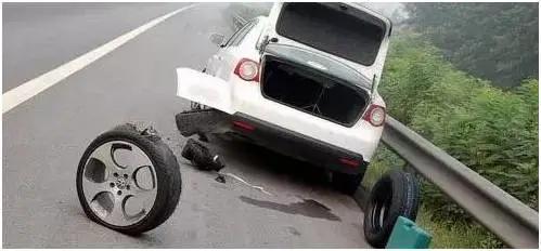 抚州文昌大道一小车爆胎失控180度大掉头 现场太惊心…