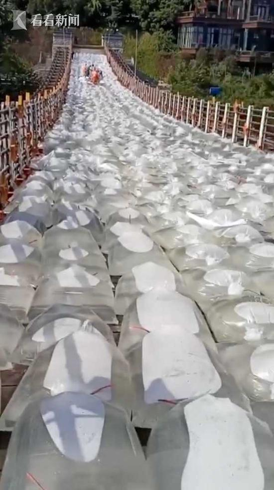 800个水袋摆满茅台镇大桥原因曝光让人大赞机智引爆笑解释