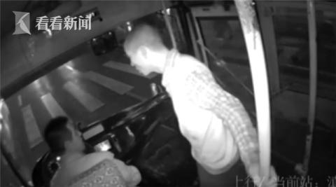 男子抢夺公交方向盘 同车老人一记锁喉将其制服