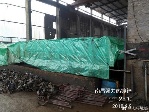 图为南昌强力热镀锌有限公司用塑料布制作的酸雾集气罩。图片来源:生态环境部网站。