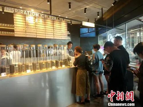喜茶北京三里屯店内,顾客正在付费点单。中新网记者 李金磊 摄