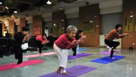 """77岁""""瑜伽奶奶""""苦练瑜伽11年 开班授课分文不取"""