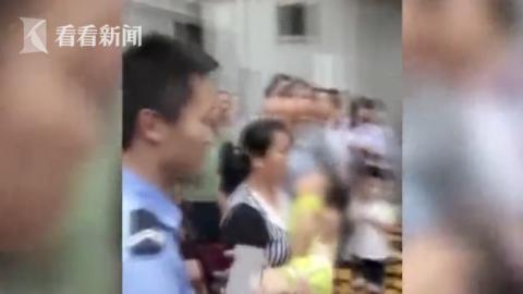 惊险!女童从3楼窗户坠落 三人冲上前徒手接孩子