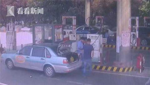 荒唐!男子油气站内点燃打火机吓坏工作人员