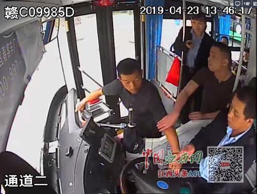 乘公交不投?#19968;?#25250;方向盘 宜春一男子被拘留20天