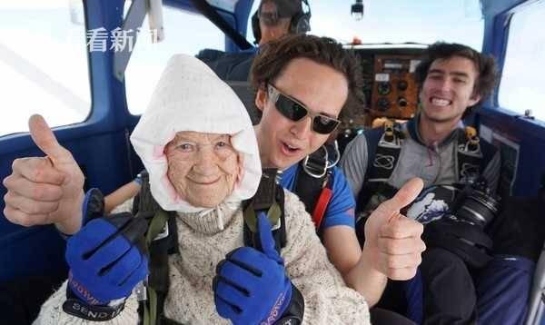 102岁奶奶玩高空跳伞破纪录 成全球最年长跳伞者