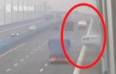 360度旋转!高速上爆胎 司机一个动作救下12条命