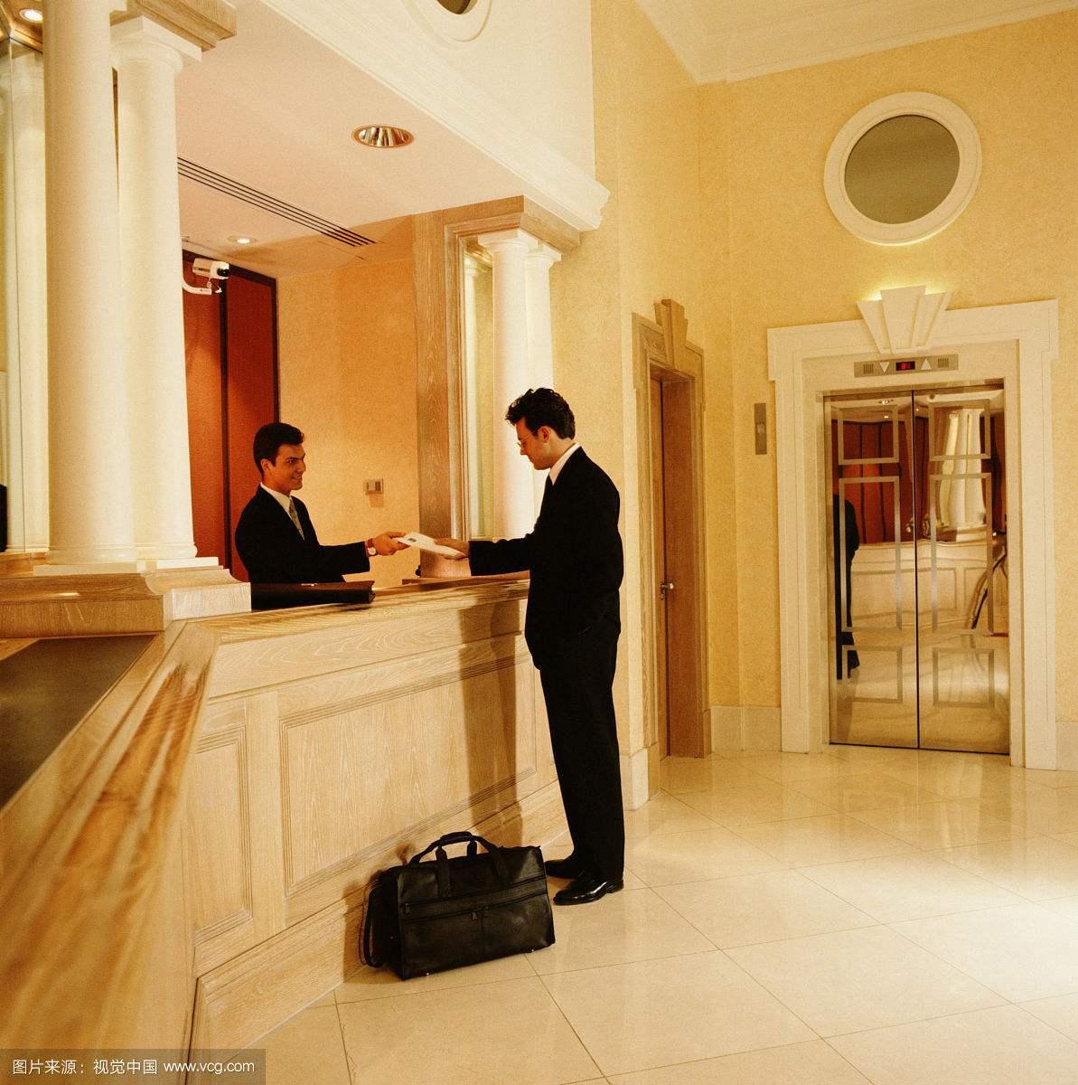 男子在南昌维也纳酒店入住 开门一看住着陌生女子