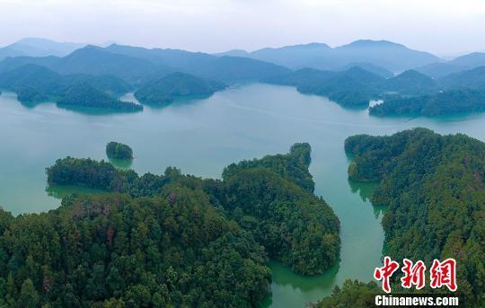 俯瞰赣州市上犹县阳明湖。资料图 钟芳亿 摄