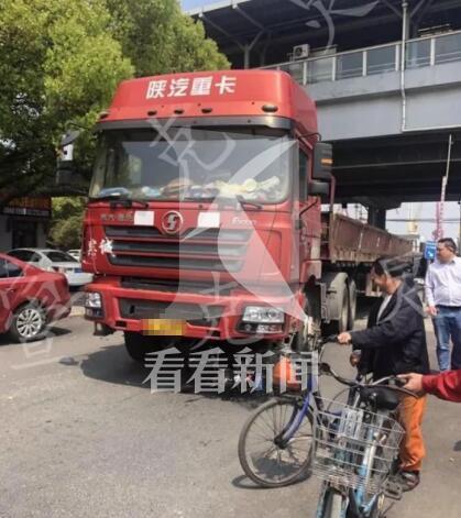 悲剧!卡车转弯不慎碾压电瓶车 骑车人当场身亡