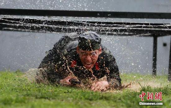 图为官兵们进行水滩摔擒、泥潭战术、极限体能等课目训练。孟德龙 摄