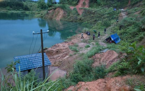 打捞出三名女童尸体的废弃矿坑。受访者供图