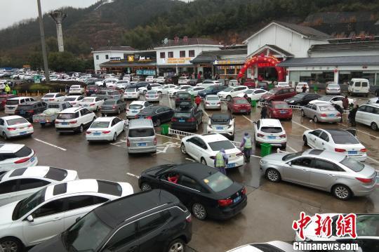 图为沪昆高速宜春服务区停满了休息补给的车辆。 江豫摄