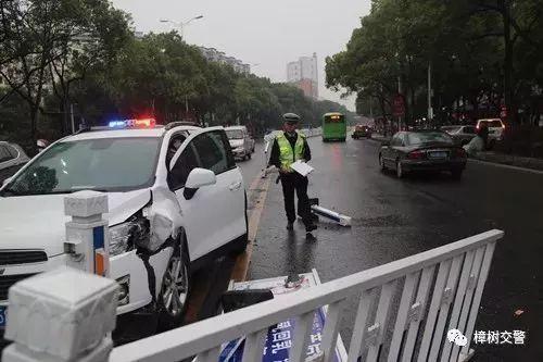 熊孩子惹祸 宜春一小车撞倒护栏又刮碰了别的车