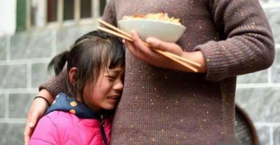 爸爸妈妈走了,小女孩趴到奶奶身上伤心的哭了起来.