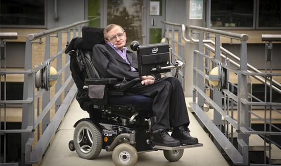轮椅上的斯蒂芬·霍金终于离开了地球,可以和爱因斯坦、牛顿他们一起打打牌了