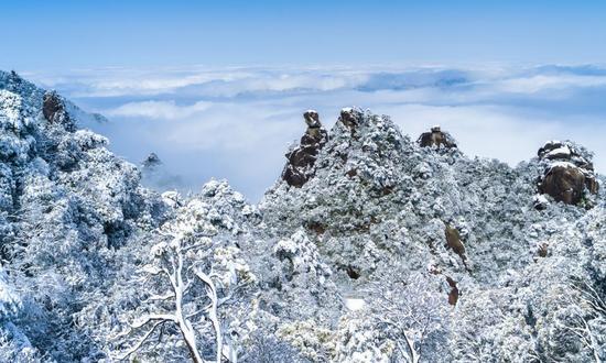 根据天气预报,三清山风景区未来几天将出现低温雨雪冰冻天气,景区道路