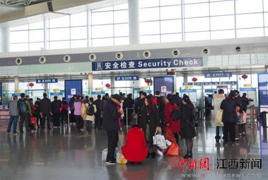 旅客在南昌昌北国际机场准备安检。
