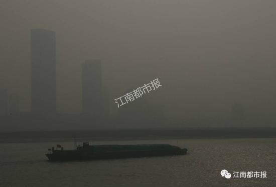 (远处的高楼变得模糊起来)