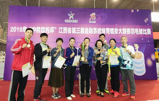 江西邮储银行羽毛球代表队问鼎羽毛球团体及三个单项冠军(汪国勇/摄影)