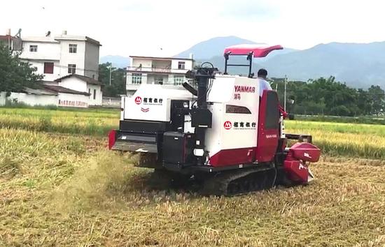 招商银行南昌分行捐赠两台大型农机助力定点扶贫村农业机械化