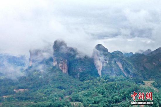 航拍雨后江西龙虎山云雾缭绕美如画。(资料图) 刘志坤 摄