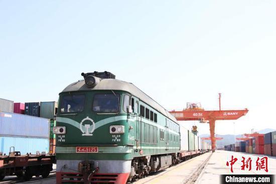 江西疫情期间首列进口汽车专列抵达赣州国际陆港。(资料图)赣州海关供图