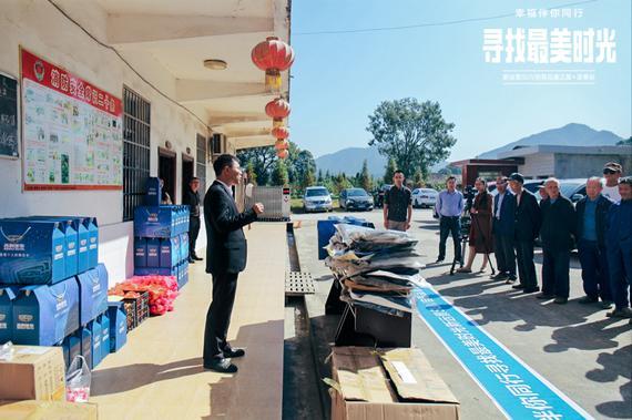 吉利汽车领导代表分发捐赠物资