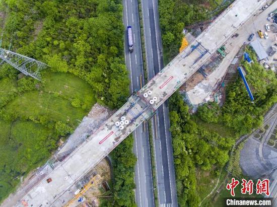 合龙后的跨京台公路特大桥连续梁。 郎成涛 摄