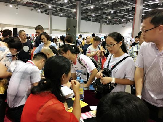 新浪江西金牌高考志愿咨询师正在接受考生和家长咨询。