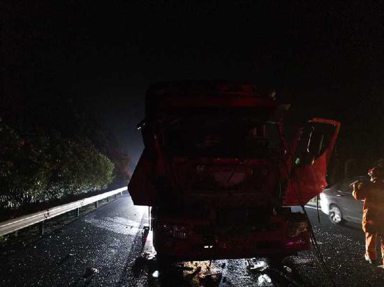 萍乡:沪昆高速货车追尾一人被困 消防牵引快速解救