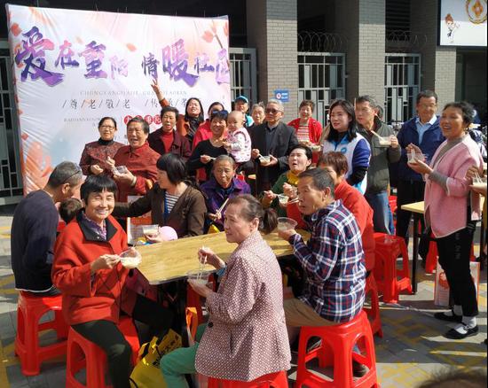 爱在重阳 情暖社区!塘山镇丹霞社区80多位老人同吃长寿面