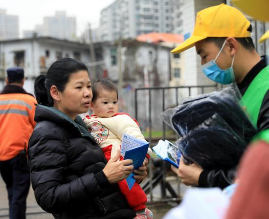 南铁志愿者进行铁路安全宣传。摄影:王福斌