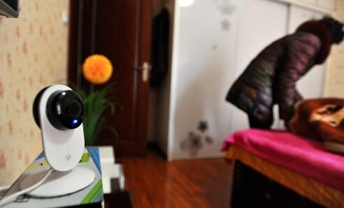 普先生在父母卧室安装的摄像头