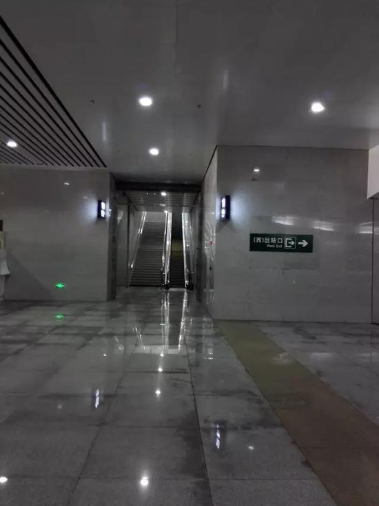 东广场正式启用后,东站房的出站口同时启用,宽敞明亮的出站通道,整图片