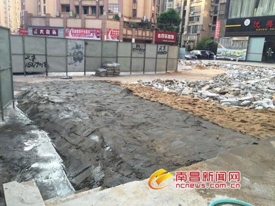 用围挡围住400多平米地并浇灌水泥