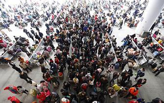 m88车站春运首日:旅客踏上温暖回家路